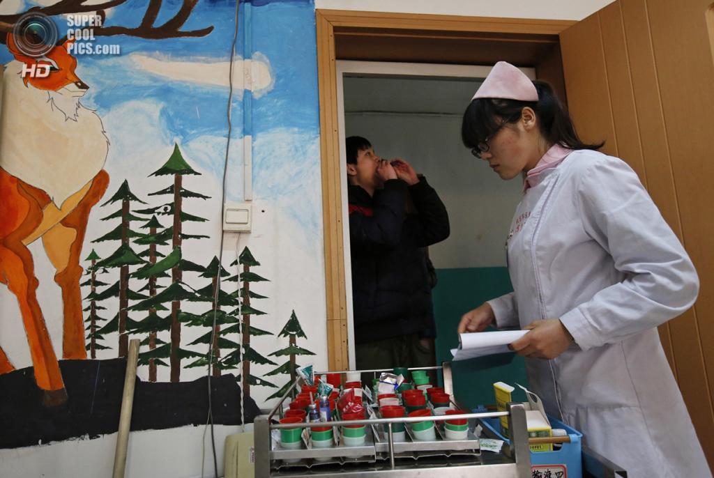 Китай. Пекин. 22 февраля. Медсестра раздает медикаменты Интернет-зависимым. (REUTERS/Kim Kyung-Hoon)