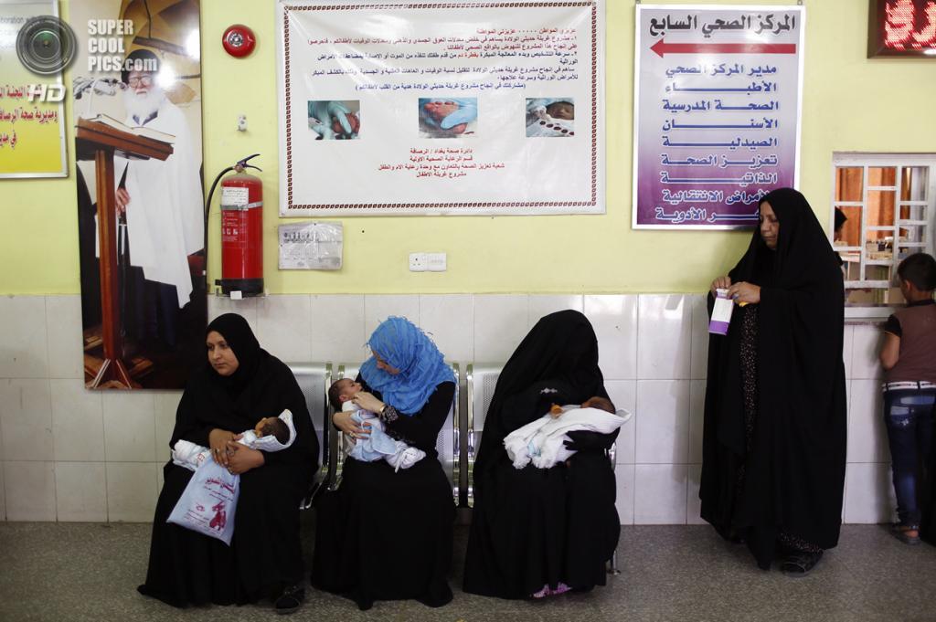 Ирак. Садр-Сити, Багдад. 5 мая. Мамы с новорожденными детьми в местной клинике. (REUTERS/Ahmed Jadallah)