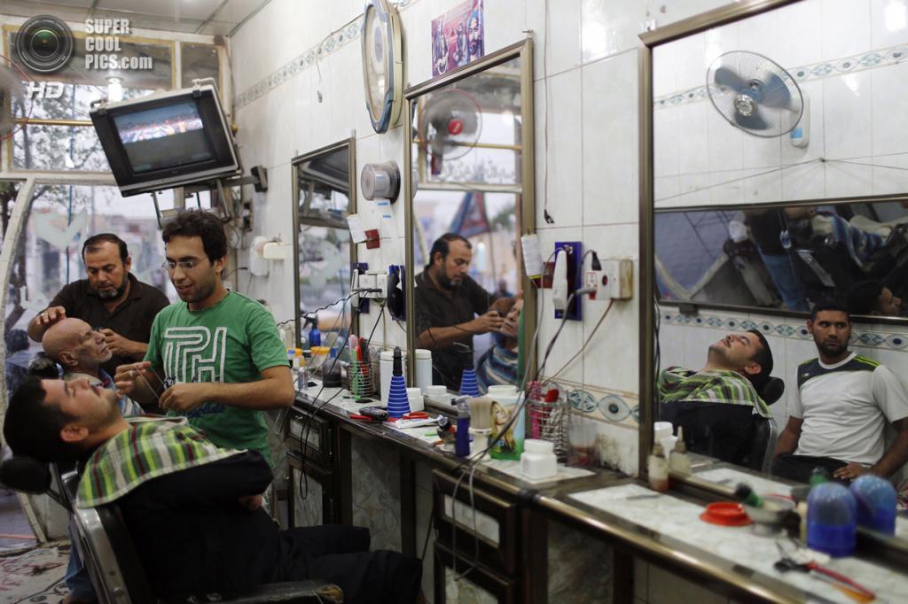 Ирак. Садр-Сити, Багдад. 3 мая. Цирюльня. (REUTERS/Ahmed Jadallah)