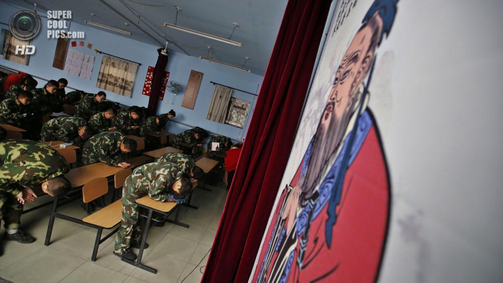 Китай. Пекин. 26 февраля. Курсанты учатся кланяться по-конфуциански. (REUTERS/Kim Kyung-Hoon)