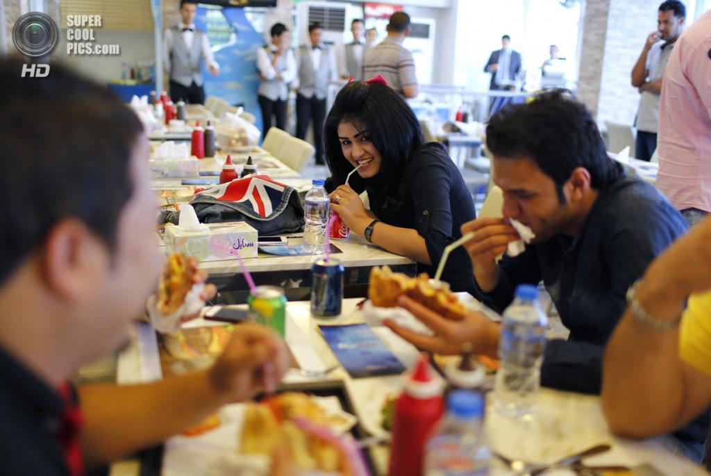Ирак. Садр-Сити, Багдад. 4 мая. Молодёжь за ленчем в ресторане. (REUTERS/Ahmed Jadallah)