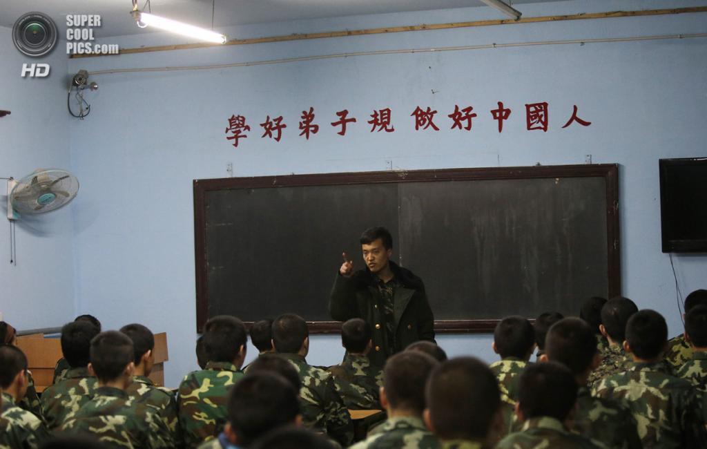 Китай. Пекин. 26 февраля. Инструктор обращается к курсантам во время вечерней переклички. (REUTERS/Kim Kyung-Hoon)