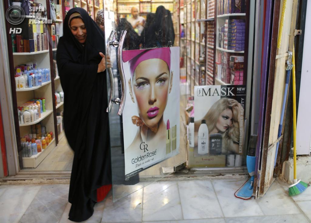 Ирак. Садр-Сити, Багдад. 29 апреля. Магазин косметики. (REUTERS/Ahmed Jadallah)