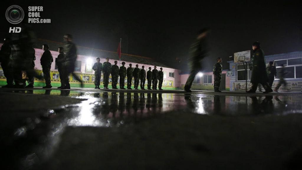 Китай. Пекин. 26 февраля. Вечерние занятия по строевой подготовке. (REUTERS/Kim Kyung-Hoon)