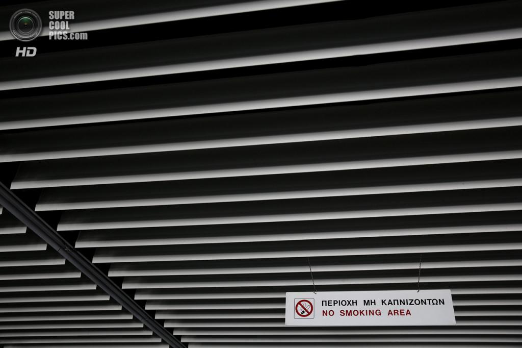 Греция. Афины. 16 июня. «Курить воспрещается». (REUTERS/Yorgos Karahalis)