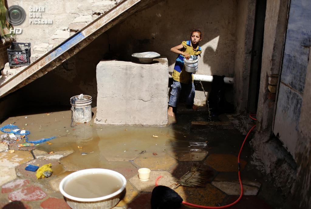Ирак. Садр-Сити, Багдад. 3 мая. Девочка убирает в доме после утечки сточных вод. (REUTERS/Ahmed Jadallah)