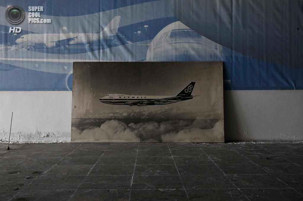 Греция. Афины. 16 июня. Фотография самолёта Olympic Airways в выставочном зале. (REUTERS/Yorgos Karahalis)