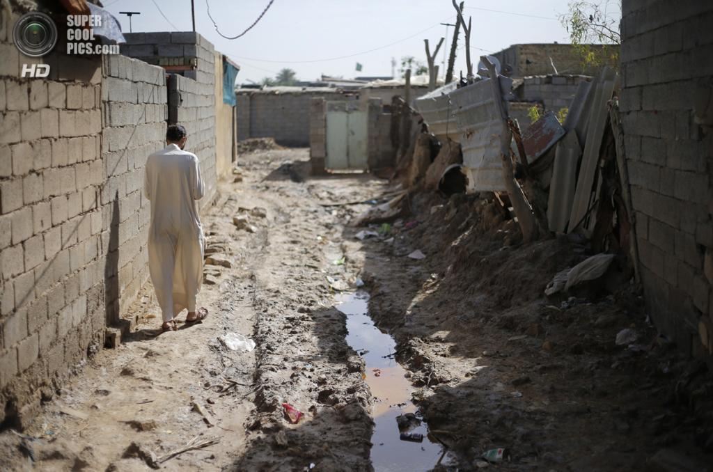 Ирак. Садр-Сити, Багдад. 3 мая. Шиит идёт по улице в бедном квартале. (REUTERS/Ahmed Jadallah)