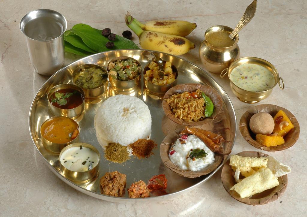 Тхали также является самым любимым яством в Индии. Блюдо состоит из нескольких самостоятельных блюд. В каждом регионе существует свои правила подачи тхали. Однако, неизменными компонентами считаются рис, дхал (суп-пюре из бобовых), карри.   (Pritya Books)