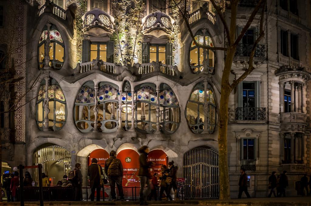Дом Бальо — жилой дом, который был перестроен Гауди в 1904—1906 годах по заказу Жозепа Бальо-и-Касановаса. Объект расположен в районе Эшампле в Барселоне. Сам особняк напоминает  изогнутую спину дракона, где балконы — черепа, а колонны — кости. (Luc Mercelis)