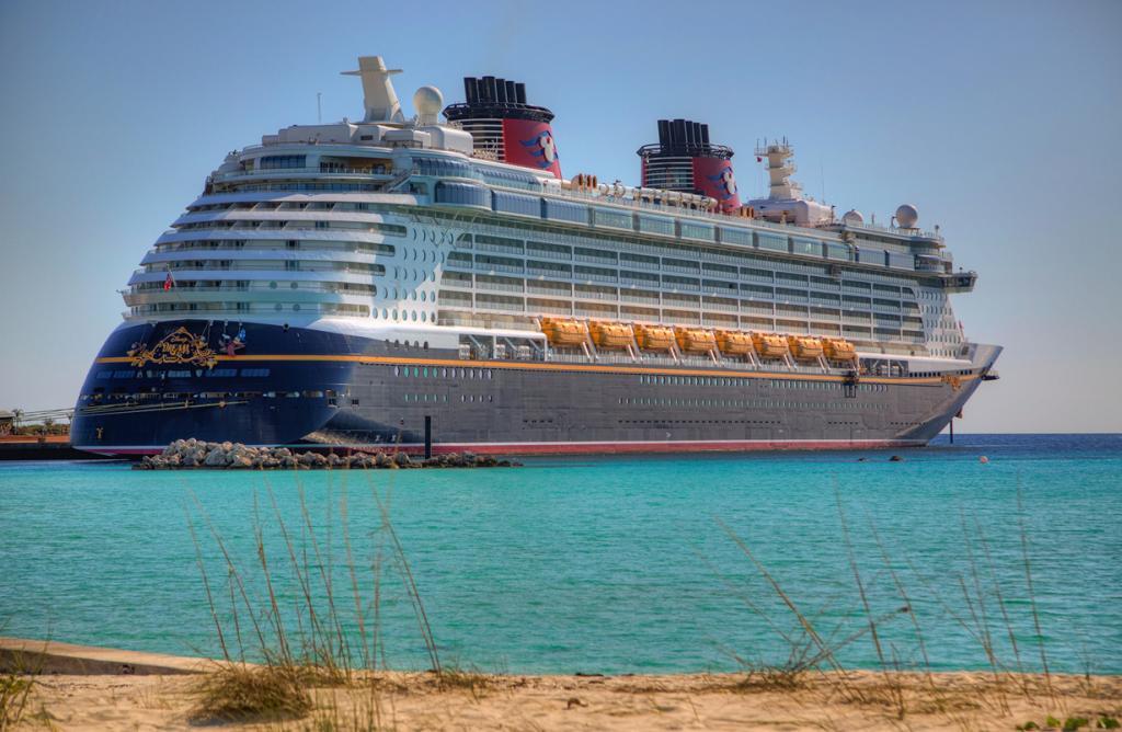 Лайнер круизной компании Disney Cruise Line. (Matthew Paulson)