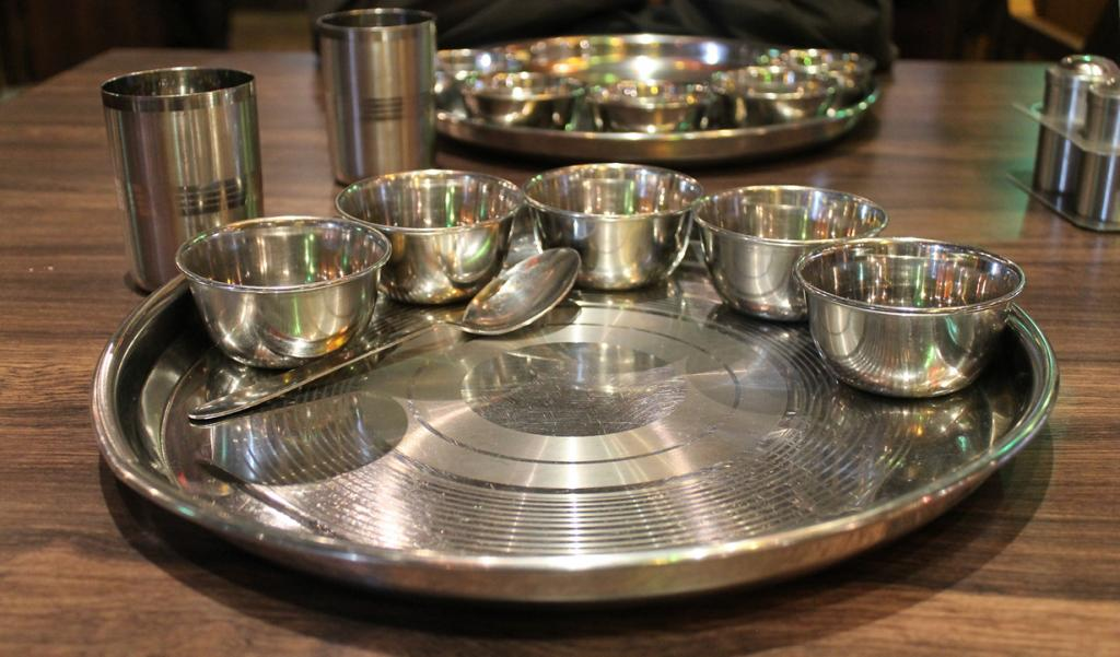 Тхали — поднос, на котором подаются блюда в металлических пиалах, называемых катори. Однако, в большинстве случаев индусы предпочитают обычной посуде большой банановый лист. (Connie Ma)