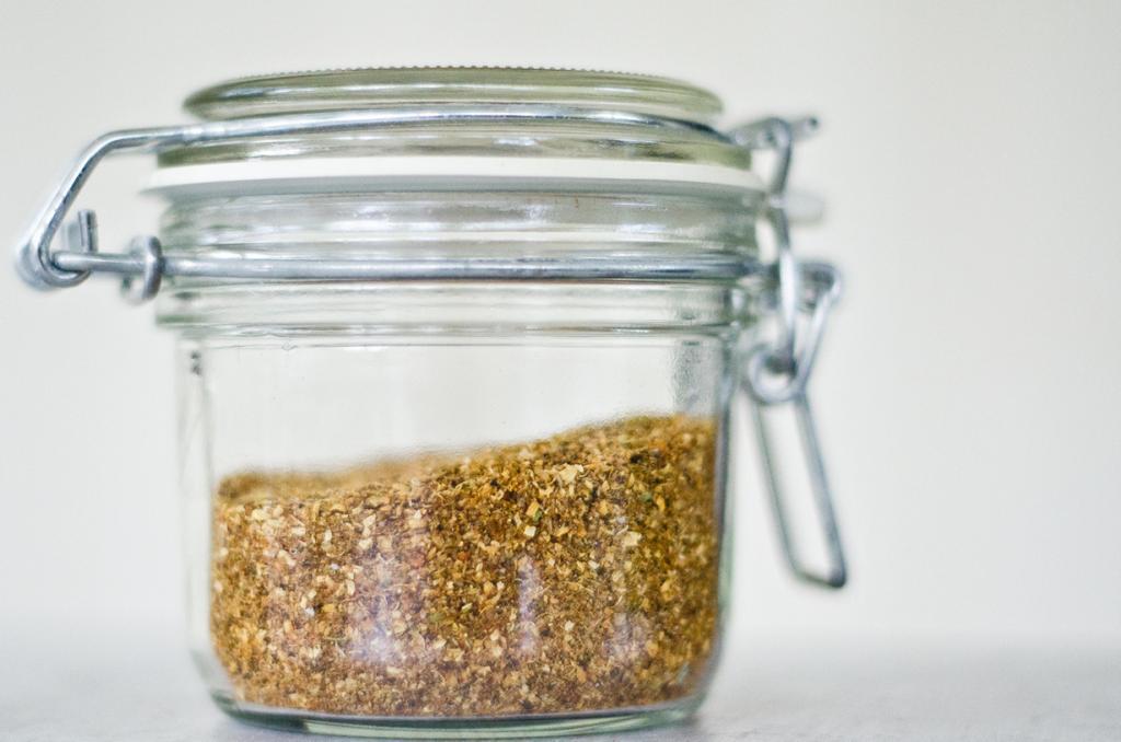 Гарам масала — смесь специй, различающаяся по регионам. Традиционный вариант включает в себя: куркуму, гвоздику, чёрный и белый перец, корицу, мускатный орех, семена кориандра, стручки кардамона, семена тмина. (erik forsberg)