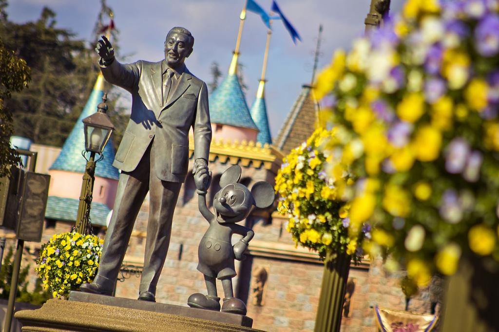 США. Анахайм. Калифорния. Бронзовая статуя Уолта Диснея и Микки-Мауса. (Andy Castro)