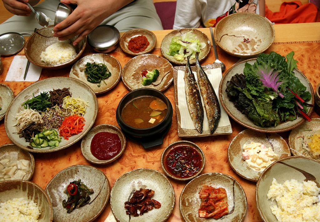 Панджан (кор. 반찬) — набор разнообразных закусок, которые подаются в отдельных пиалах к основному блюду. К примеру, кимчхи, чапчхэ и т.д. (Jinho Jung)