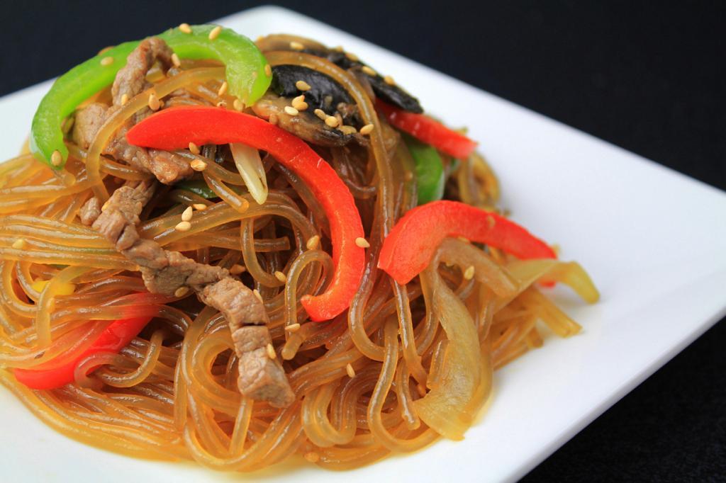 Чапчхэ (кор. 잡채) — традиционная закуска. Блюдо представляет собой салат из лапши (куксу) с овощами и мясом, обжаренной в кунжутном масле с добавлением вкусовых добавок. Чапчхэ издавна входит в состав Корейской придворной кухни. (Chloe Lim)