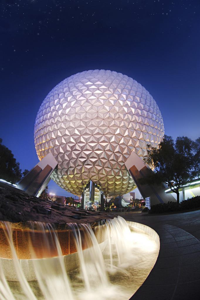 США. Флорида. Тематический парк Epcot Всемирного центра отдыха Уолта Диснея. Космический корабль «Земля» — символ парка. (Atiq Nazri)