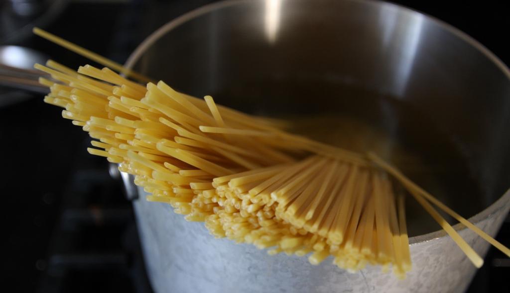 Лингуине — длинная паста слегка сплюснутой формы. Название происходит от итальянского слова «linguine», что означает «язычки». Блюдо родом из Кампании. (tracy benjamin)