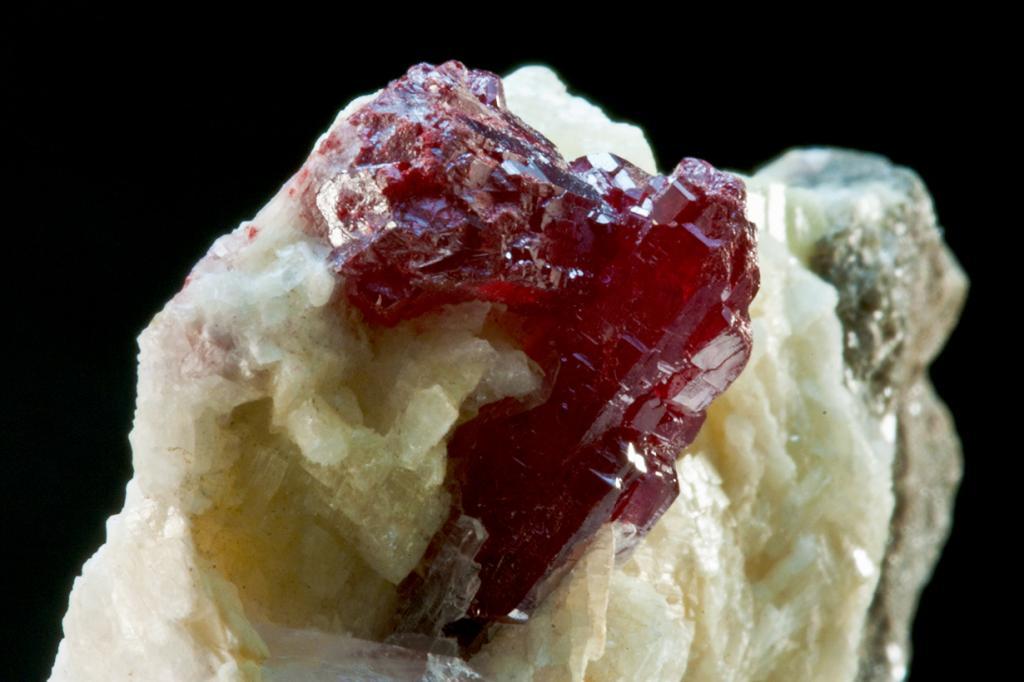 Киноварь — самый опасный минерал (алого цвета). Содержит 86,2 % ртути. При обработке в основном нагревании отдает чистую ртуть. Месторождение: Испания, Киргизия, Китай, Украина, Словения, Россия, США, Черногория. (Orbital Joe)