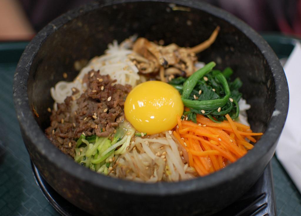 Пибимпап (кор. 비빔밥) — одно из самых знаменитых блюд корейской кухни. По традиции подаётся в глубокой посуде и представляет собой набор из риса, кусочков мяса или морепродуктов, нарезанных соломкой овощей, острой пасты кочхуджан, сырого или жареного яйца и т.д. Все ингредиенты смешиваются только перед употреблением. (su-lin)