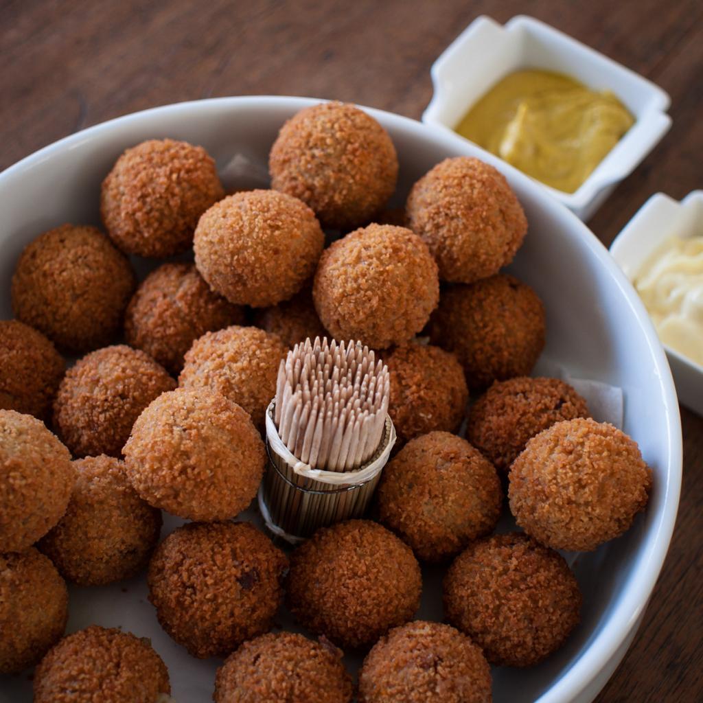 Горькие шарики, или Bitterballen — шарики из телятины или рыбы, приготовленные во фритюре. Как правило закуску подают с горчицей. (Takeaway)