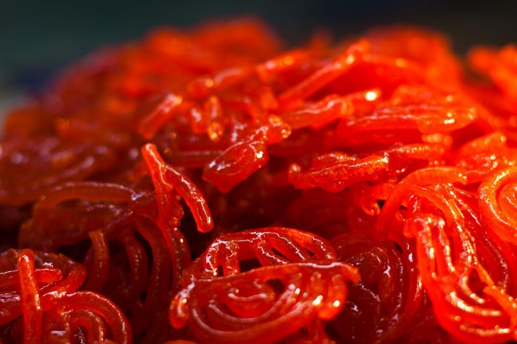 Джалеби — сладость в виде спиралей из рисовой муки в сиропе. (Omar Chatriwala)