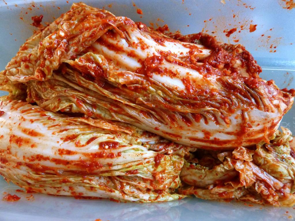 Кимчхи (кор. 김치) (квашенная пекинская капуста с красным перцем) — блюдо, которое готовится в каждой корейской семье. Существует довольно много видов кимчхи, отличающихся используемыми ингредиентами. К примеру, капусту часто заменяют редькой или огурцами. (kattebelletje)