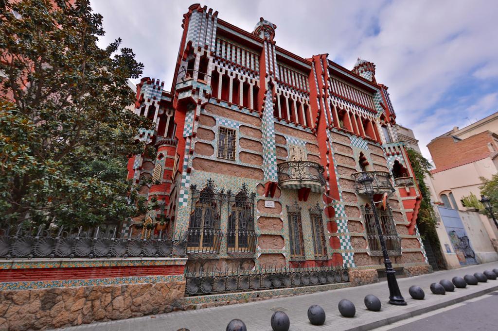 Дом Висенс — частный жилой дом, который был построен в 1883—1885 годах по заказу дона Мануэля Висенс-и-Монтанера. Здание является первой самостоятельной работой Гауди. Объект расположен в районе Грациа в Барселоне. С 1899 года и по сегодня особняк принадлежит семейству Ховер. Вход внутрь запрещён; полюбоваться зданием можно только снаружи. (Victor Wong)