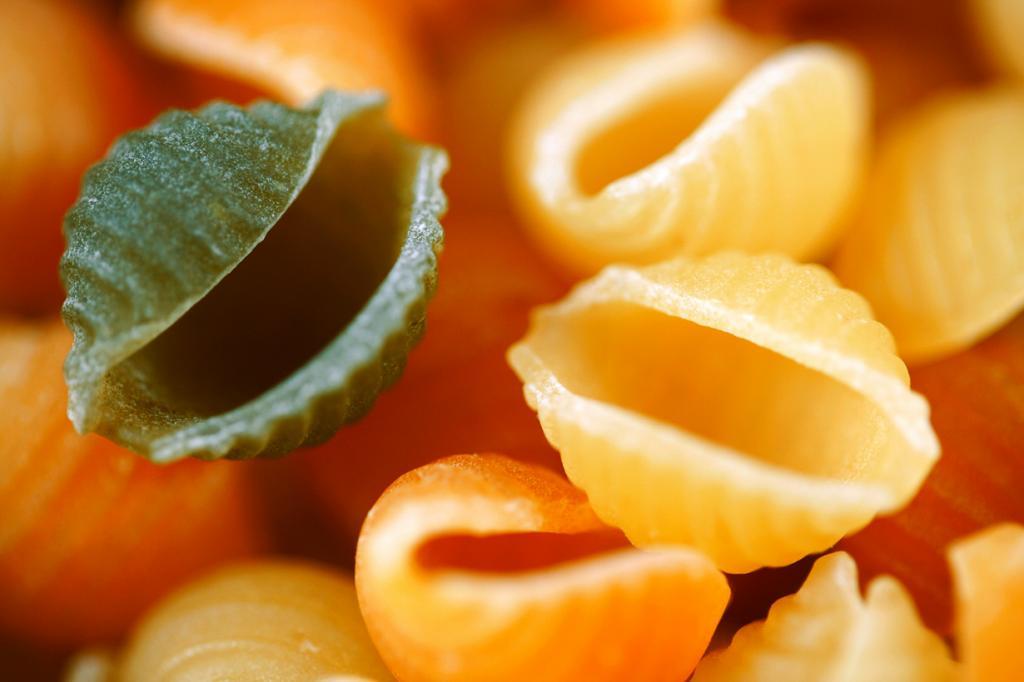 Конкилье — паста в виде ракушек величиной до 5 см. Как правило, конкилье фаршируют мясным или рыбным фаршем и запекают под соусом в духовке. (freestock)