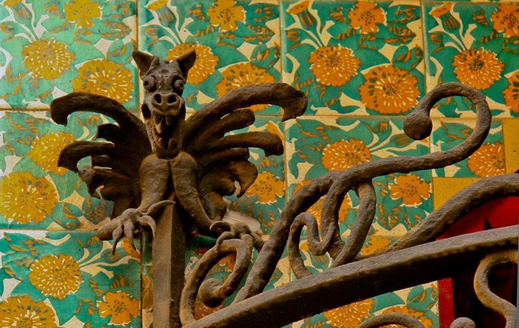 Дом выполнен в мавританском стиле мудехар. Его фасад декорирован плитками, расписанными вручную. (Ian Gampon)