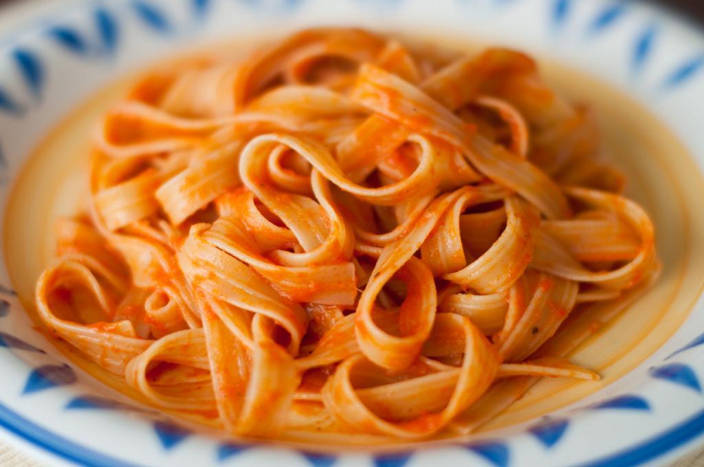 Феттуччине — паста в виде длинных полосок теста шириной около 7 миллиметров. Название происходит от итальянского слова «fettuccia», что означает «ленточка». (James)