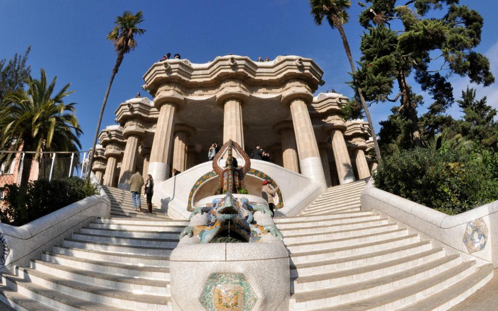 Парк Гуэля — парк, который был построен в 1900—1914 годах по заказу Эусеби Гуэля. На территории в 17,18 га расположены три дома. Посетителям стоит обратить особое внимание на фонтан в виде мозаичной Саламандры, «Зал ста колонн», скамью в форме морского змея. (Amy Goodman)