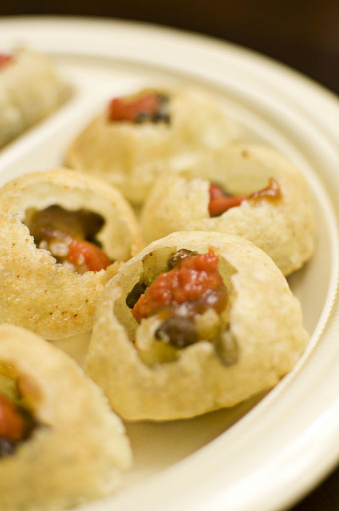 Пани Пури — закуска в виде хрустящих шариков пури с разнообразной острой начинкой. (Brian Ng)