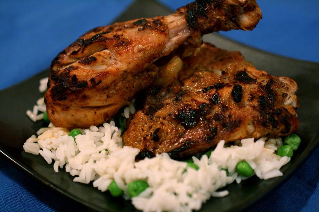 Цыплёнок тандури. Блюдо родом из штата Пенджаб. В процессе приготовления мясо маринуют в йогурте и специях, а затем жарят в печи тандури. Яство имеет острый пряный вкус. По традиции употребляется с рисом. (thebittenword)