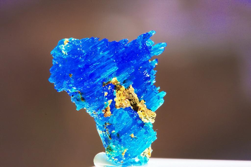 Халькантит. Весьма редкий минерал, обладающий оттенками от зеленовато-голубого до синего. В его состав входит большое количество меди. Легко растворяется в воде. Несёт угрозу при попадании в живой организм и может стать причиной тяжелого отравления. (Traveller_40)