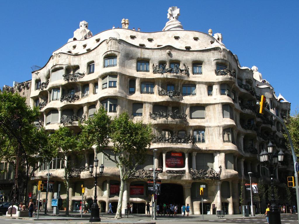 Дом Мила — жилой дом, который был построен в 1906-1910 годах по заказу семьи Мила. Объект расположен на пересечении бульвара Пассеч-де-Грасиа с улицей Карре-де-Провенса в Барселоне. Здание имеет три внутренних дворика, террасу на крыше и мансарду. (paula soler-moya)