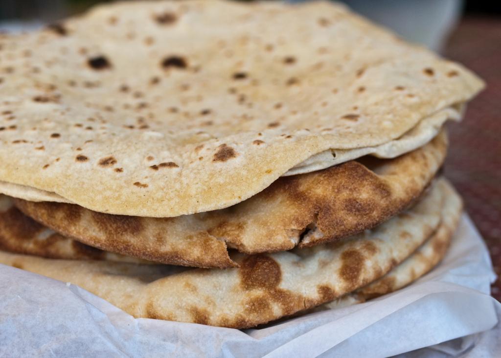 Чапати — традиционные лепёшки из муки грубого помола, которые готовят на сухой сковороде, а затем пекут на открытом огне. (Alan C.)