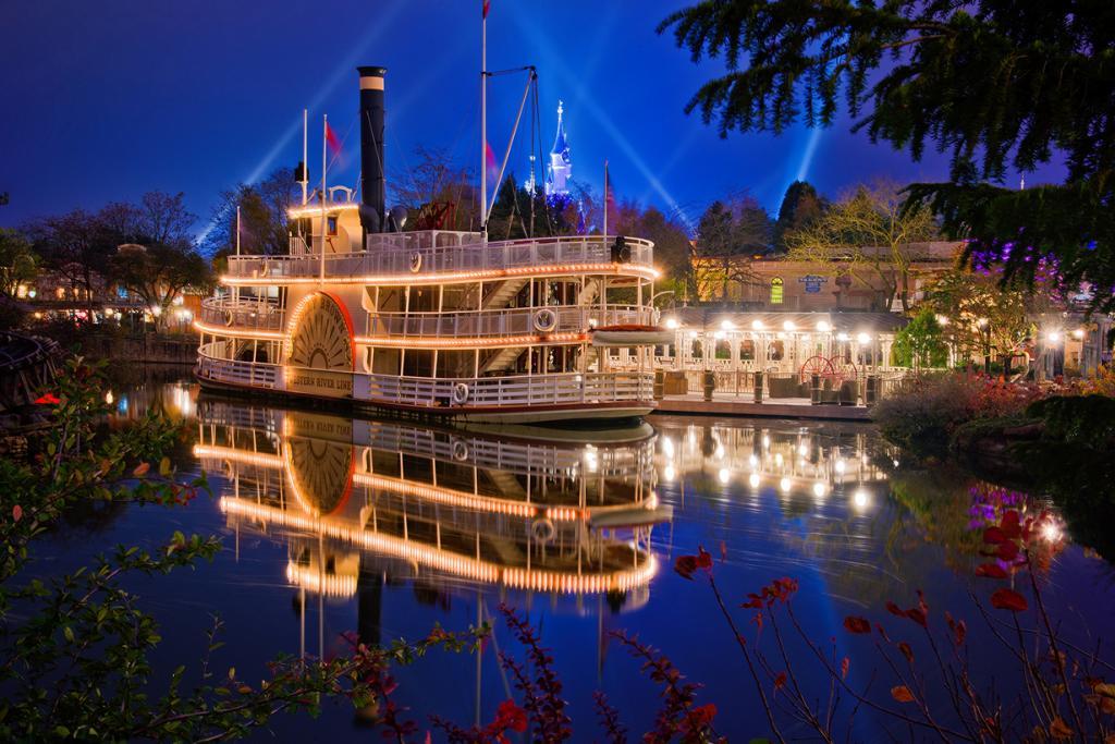 Франция. Марн-ля-Вале. Парижский Диснейленд. Действует с 12 апреля 1992 года. На площади 1943 га размещаются два тематических парка Disneyland Park и Walt Disney Studios Park, деревня Val d 'Europe, аквариум Sea Life, поле для гольфа Golf Disneyland и отели. (Tom Bricker)
