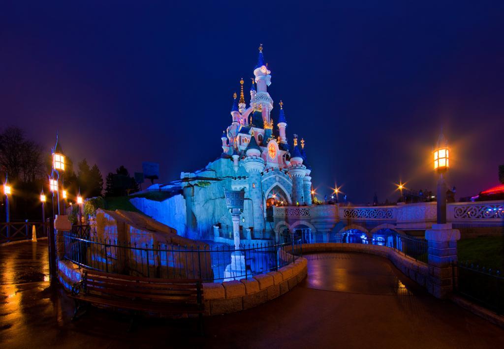 Старейшая часть Парижского Диснейленда — Disneyland Park — поделена на пять тематических зон: «Страна приключений», «Приграничная страна», «Главная дорога США», «Страна открытий», «Страна фантазии». (Tom Bricker)
