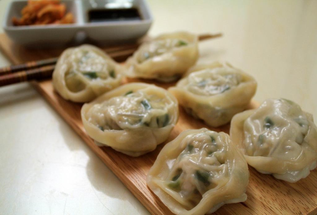 Манту (кор. 만두) — аналог китайских пельменей. Различаются по способу приготовления: вареные, на пару или жареные. Начинки также варьируются от мясных и рыбных до овощных. (Chloe Lim)