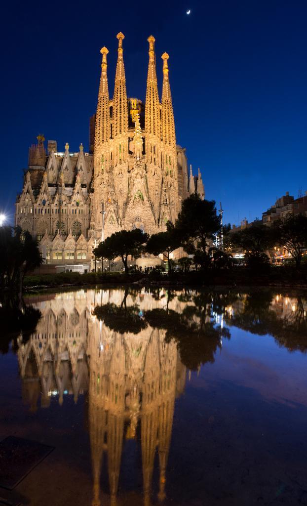 Искупительный храм Святого Семейства — один из самых узнаваемых храмов Барселоны и мира — не был достроен самим Гауди, посвятившим ему около 40 лет. Более того, он не достроен до сих пор! Строительство ведётся вот уже 132 года исключительно на частные пожертвования. Согласно данным правительства Испании, полностью достроить церковь удастся не ранее 2026 года. (Luc Mercelis)