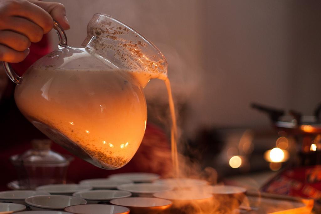 Чай Масала — горячий напиток из чая, молока и специй. (pavel ivashkov)