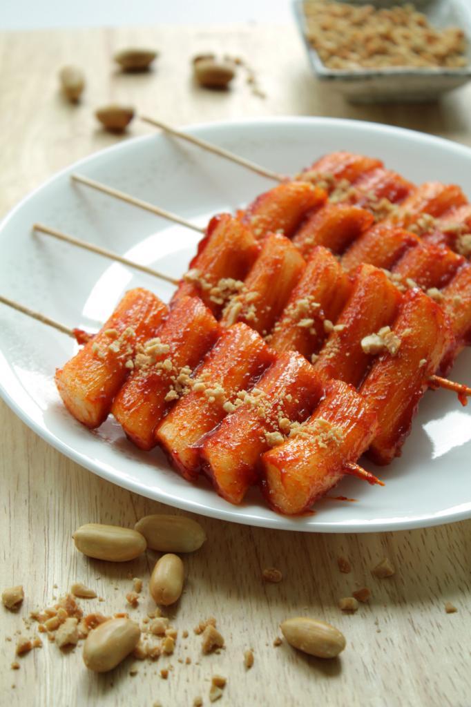 Токпогги (кор. 떡볶이) — рисовые хлебцы цилиндрической формы, жаренные в остром соусе кочхучжан. (Chloe Lim)