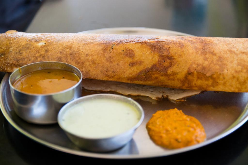 Масала доса — большой блин с острой начинкой. Запекается на горячей поверхности. Употребляют с различными соусами. (Nadir Hashmi)