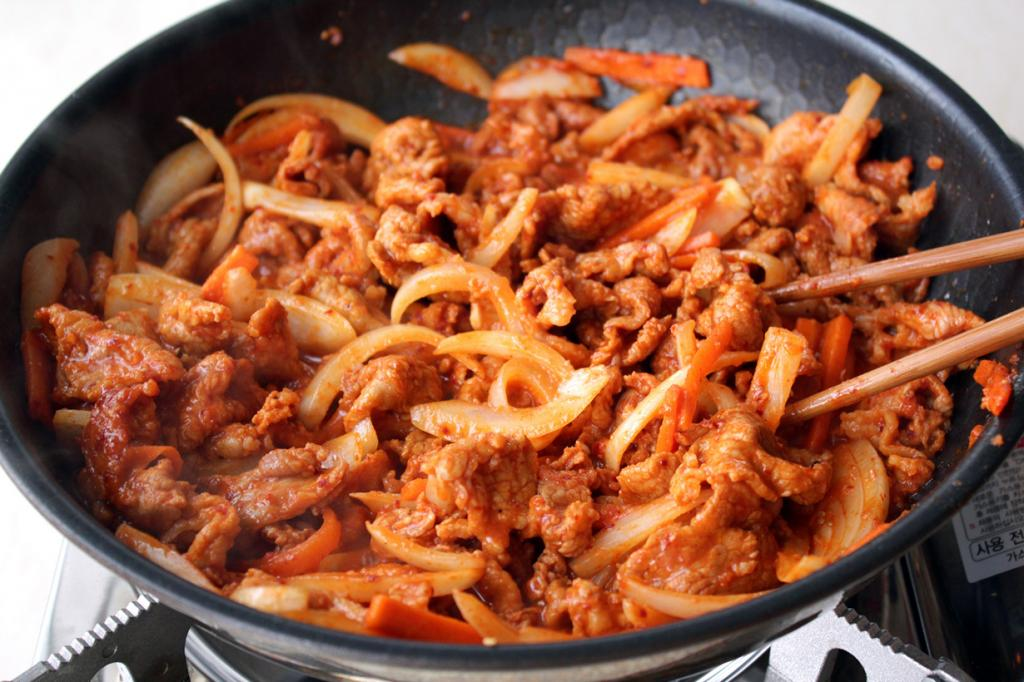 Пулькоги (кор. 불고기). В переводе с корейского означает «огненное мясо». Блюдо представляет собой жаренное на открытом огне мясо (говядина, свинина, птица), предварительно замаринованное в кунжутном масле, соевом соусе, чесноке и перце. Зачастую жарится с овощами. В ресторанах блюдо подают на специальной сковороде или жаровне, и гости принимают непосредственное участие в приготовлении. (Chloe Lim)