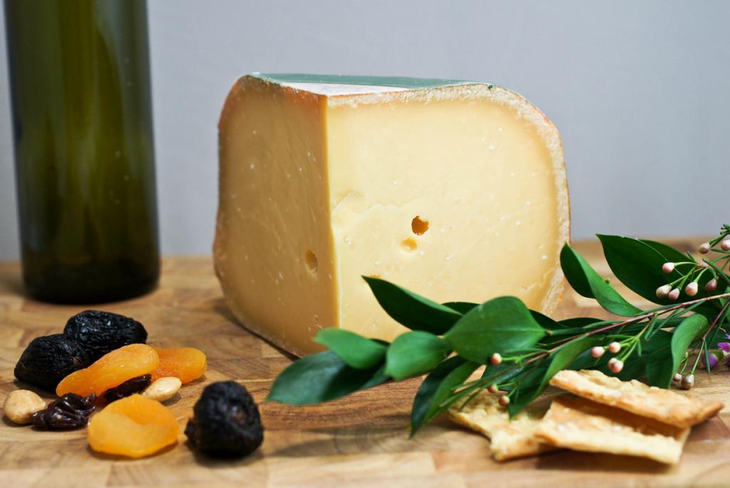Гауда — твёрдый сыр светло-жёлтого цвета с наличием небольших дырочек. Разделяют молодую, среднюю и зрелую гауду в зависимости от выдержки. С возрастом яство приобретает острый вкус. Продукт родом из города Гауда. (Artizone)