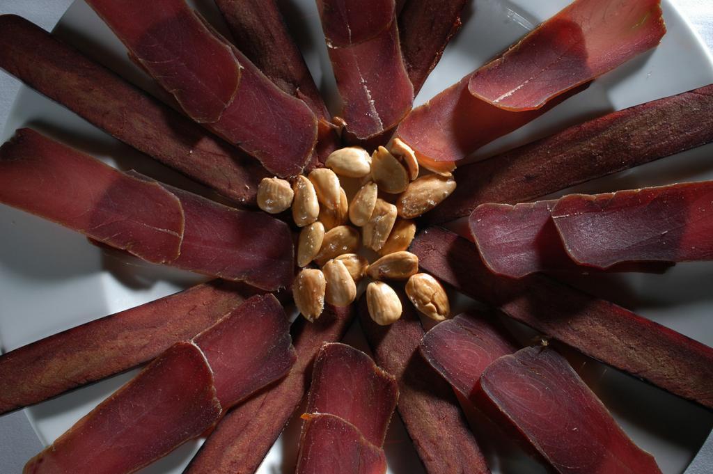 Мохама — филе вяленого в соли тунца. Подают к пиву в виде тонко нарезанных кусочков, политых оливковым маслом. (Santa Pola)