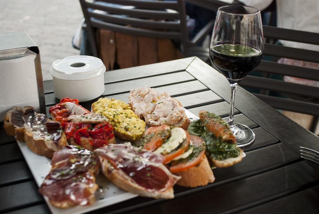 Пинчо — закуска к вину или пиву. Блюдо родом из Сан-Себастьяна. (Salomé Chaussure)