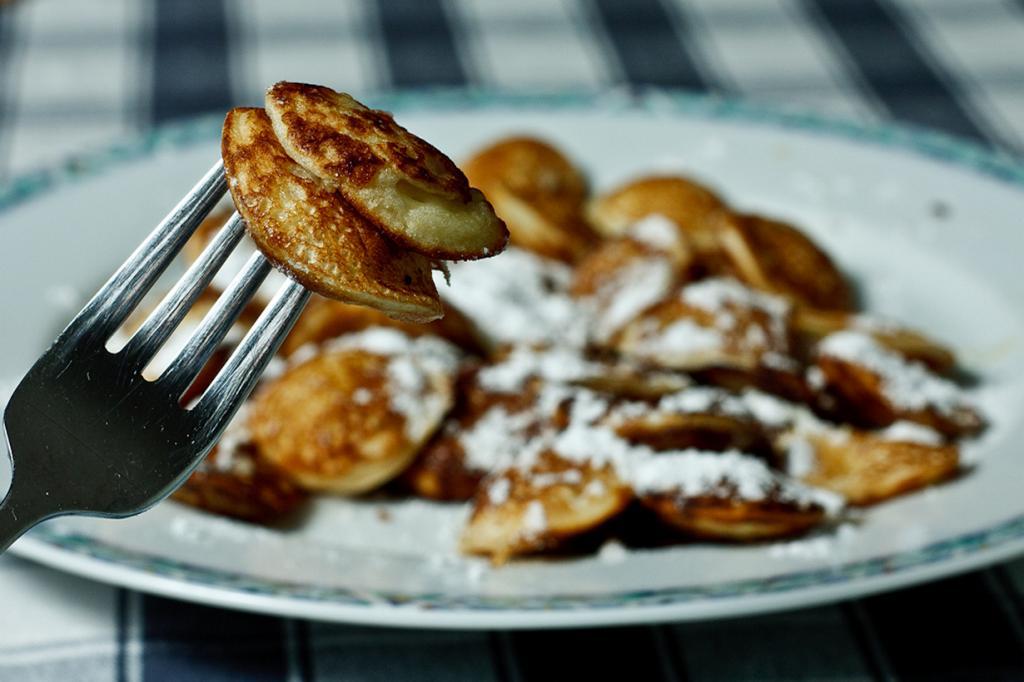 Пофферчьес — оладьи на основе гречневой муки. Блюдо считается уличным, так как продается на каждом углу. (Dennis Burger)