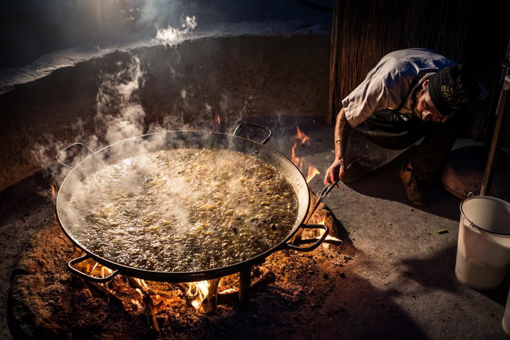 Паэлья —  рис с морепродуктами, курицей, овощами, приготовленный на специальной сковороде. Блюдо родом из Валенсии. (Stijn Nieuwendijk)